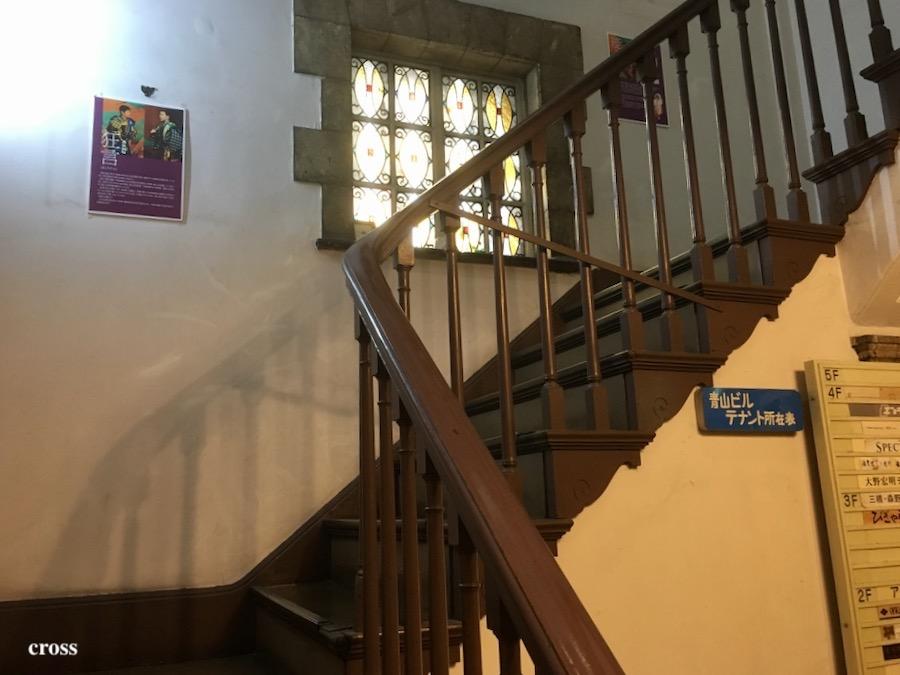 青山ビル階段